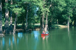 Canoeing_in_downtown_kerrville-_kerrville_cvb