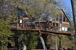 Tree house at Geronimo Creek Resort
